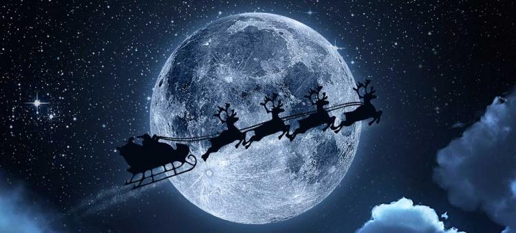 Père Noël volant dans le ciel